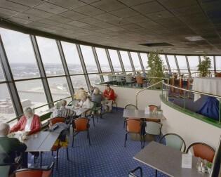 Geniet van uw eten en het uitzicht in de Euromast in Rotterdam