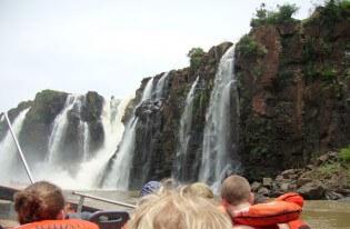 Boottocht bij de watervallen van Iguazú, Argentinië