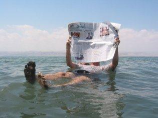 Dode zee, drijven, krant